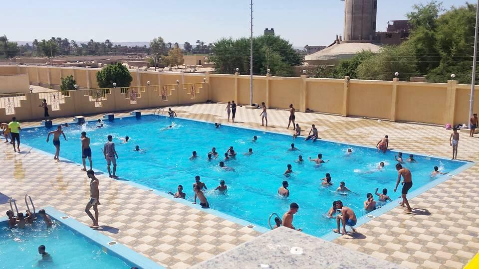 خروج المواطينين لحمامات السباحة بجهينة (1)