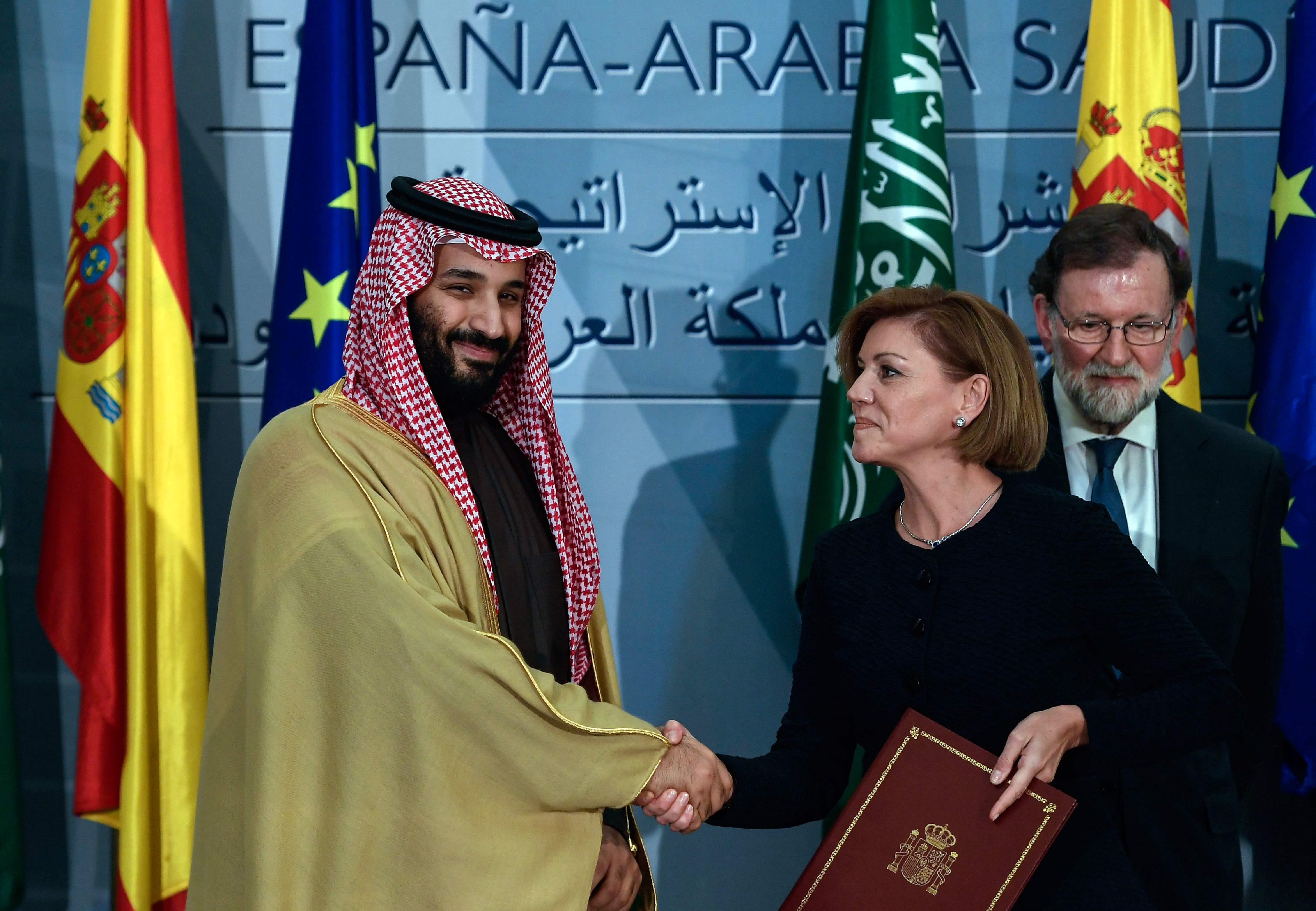 وزيرة الدفاع الإسبانية تصافح ولى العهد