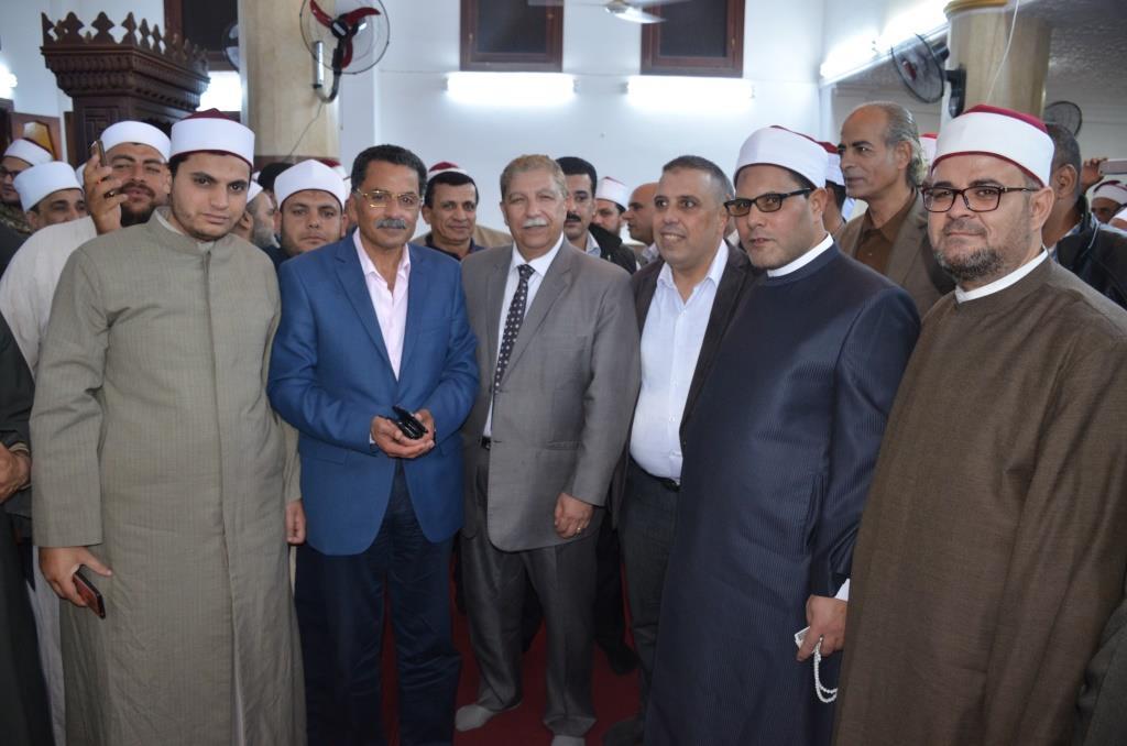 5- صورة جماعية للمحافظ والمشاركين فى الحفل