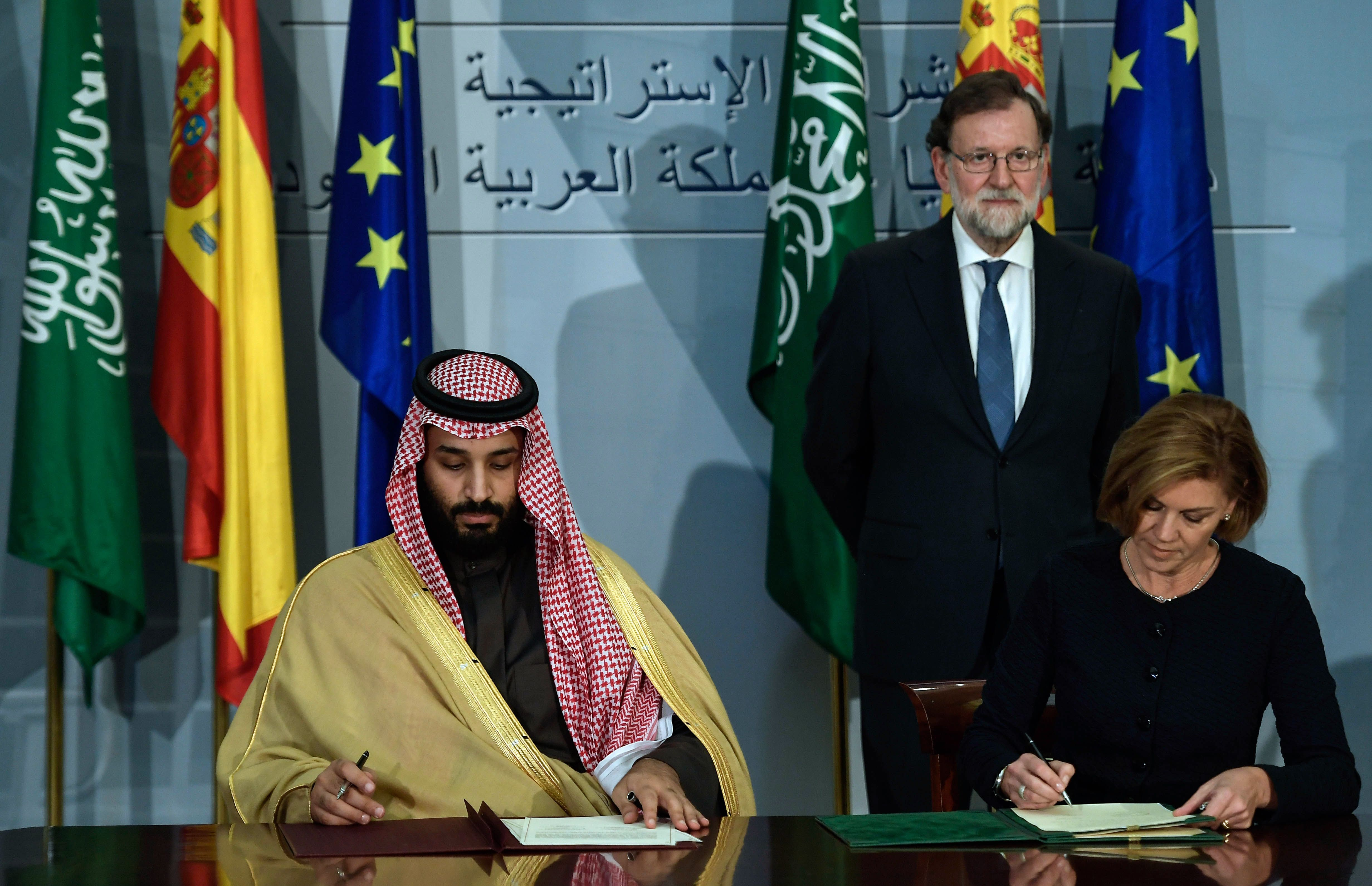 ووزيرة الدفاع الإسبانية ماريا دولوريس أثناء التوقيع