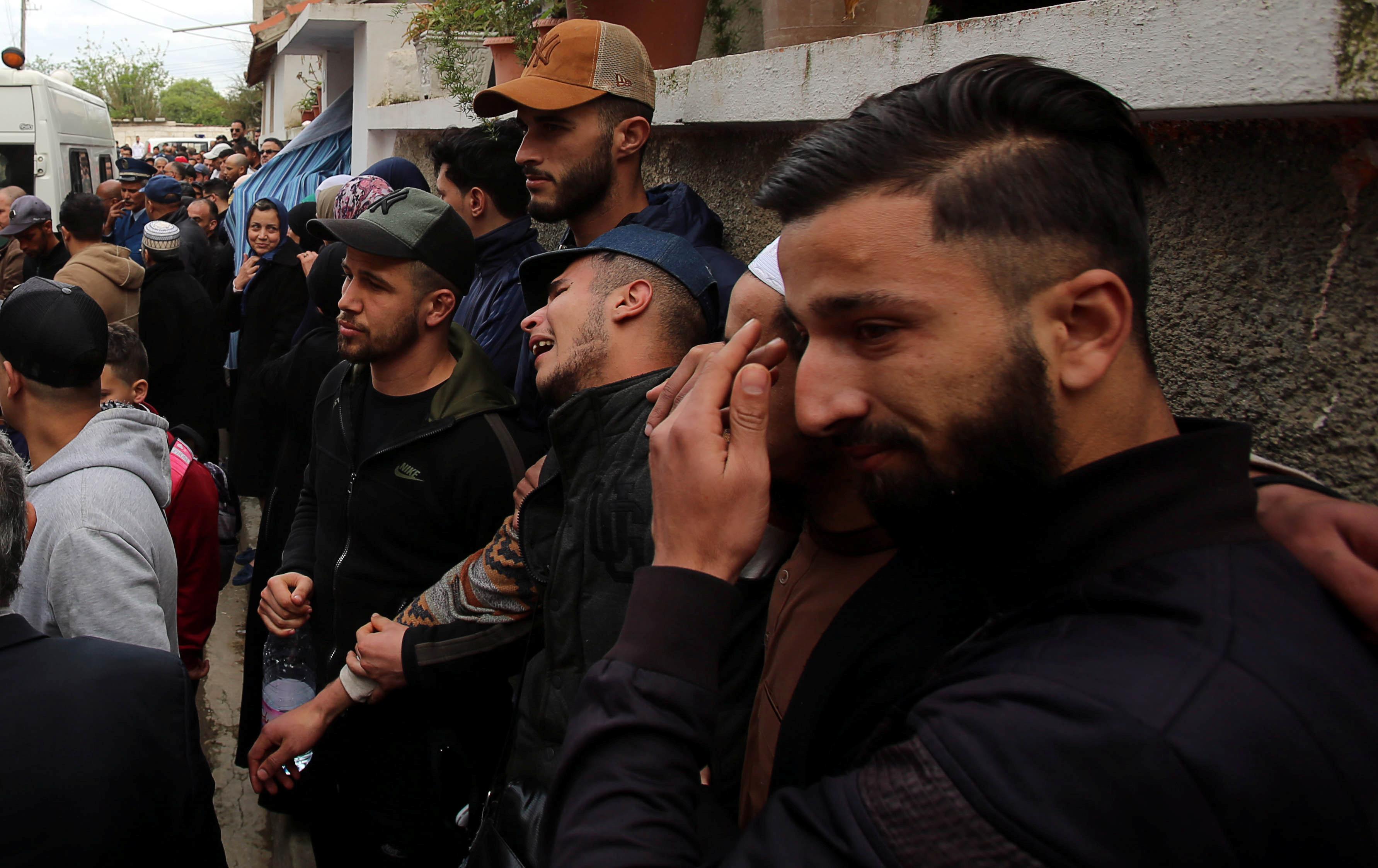 جزائريون يشيعون جثمان ضحايا الطائرة