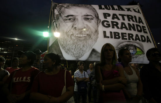 مسيرات مسائية فى البرازيل لدعم الرئيس السابق