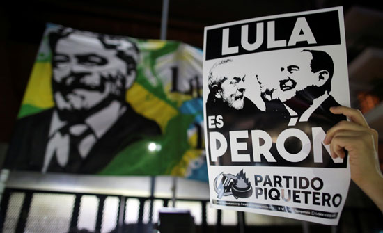 طبول ولافتات خلال مسيرات تأييد الرئيس البرازيلى السابق