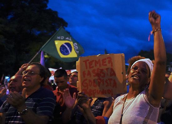 احتجاجات فى البرازيل ضد الحكم بسجن لولا دا سيلفا