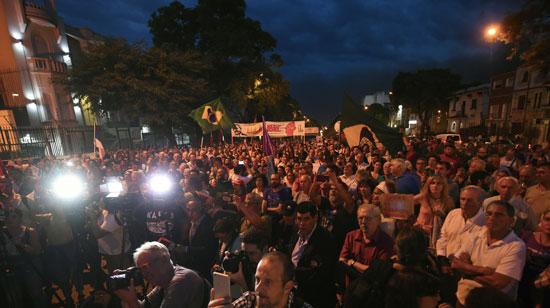 مظاهرات لدعم لولا أمام السفارة البرازيلية فى أوروجواى