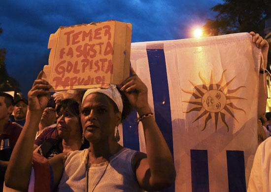 مظاهرة حاشدة أمام سفارة البرازيل فى أوروجواى لدعم لولا