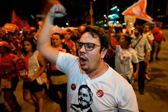 متظاهرة ترفع صورة الرئيس البرازيلى السابق