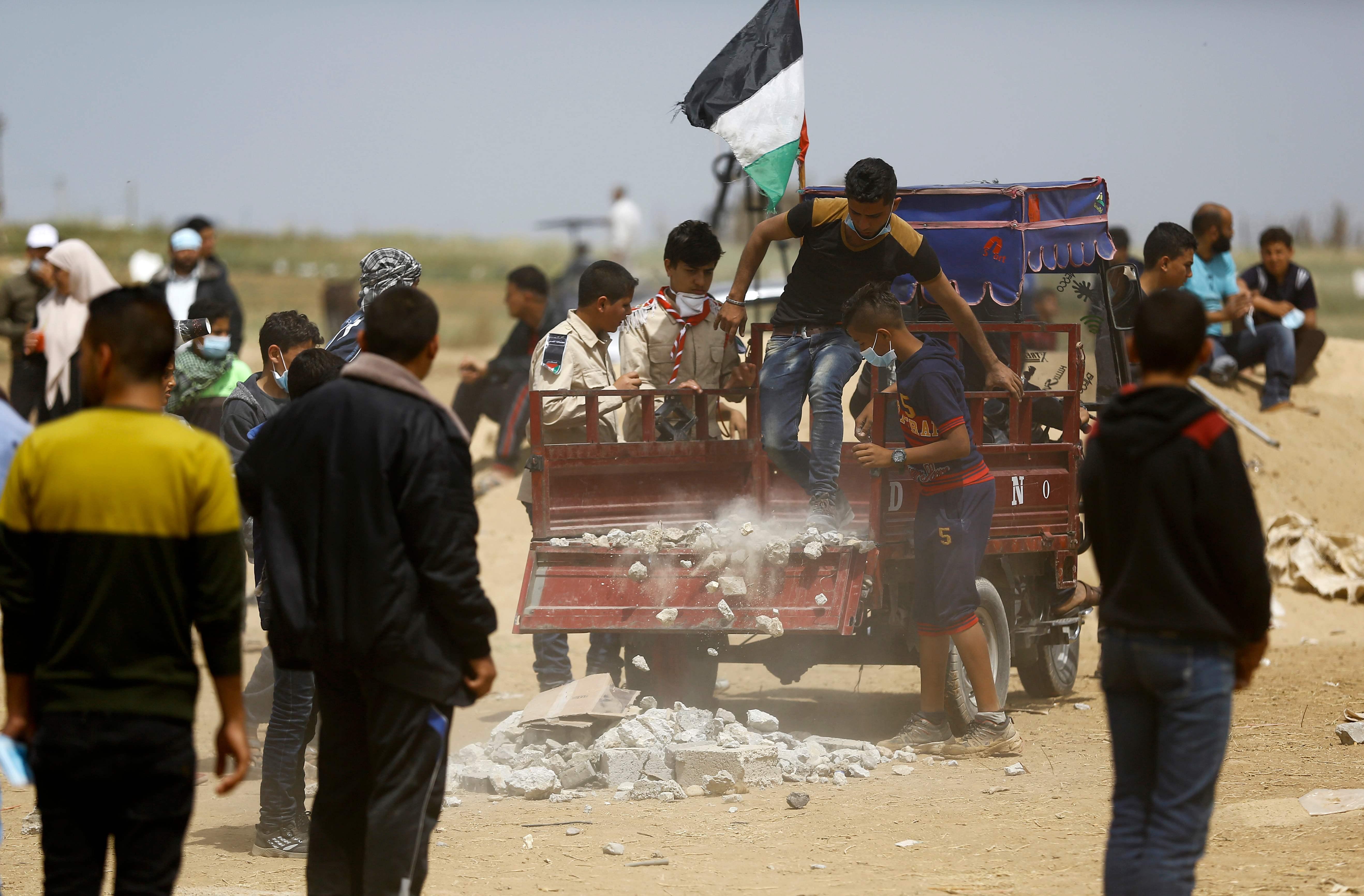 فلسطينيون يجمعون الحجارة