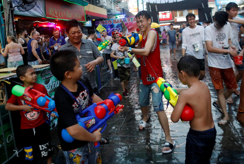 أطفال يلعبون بالمياه