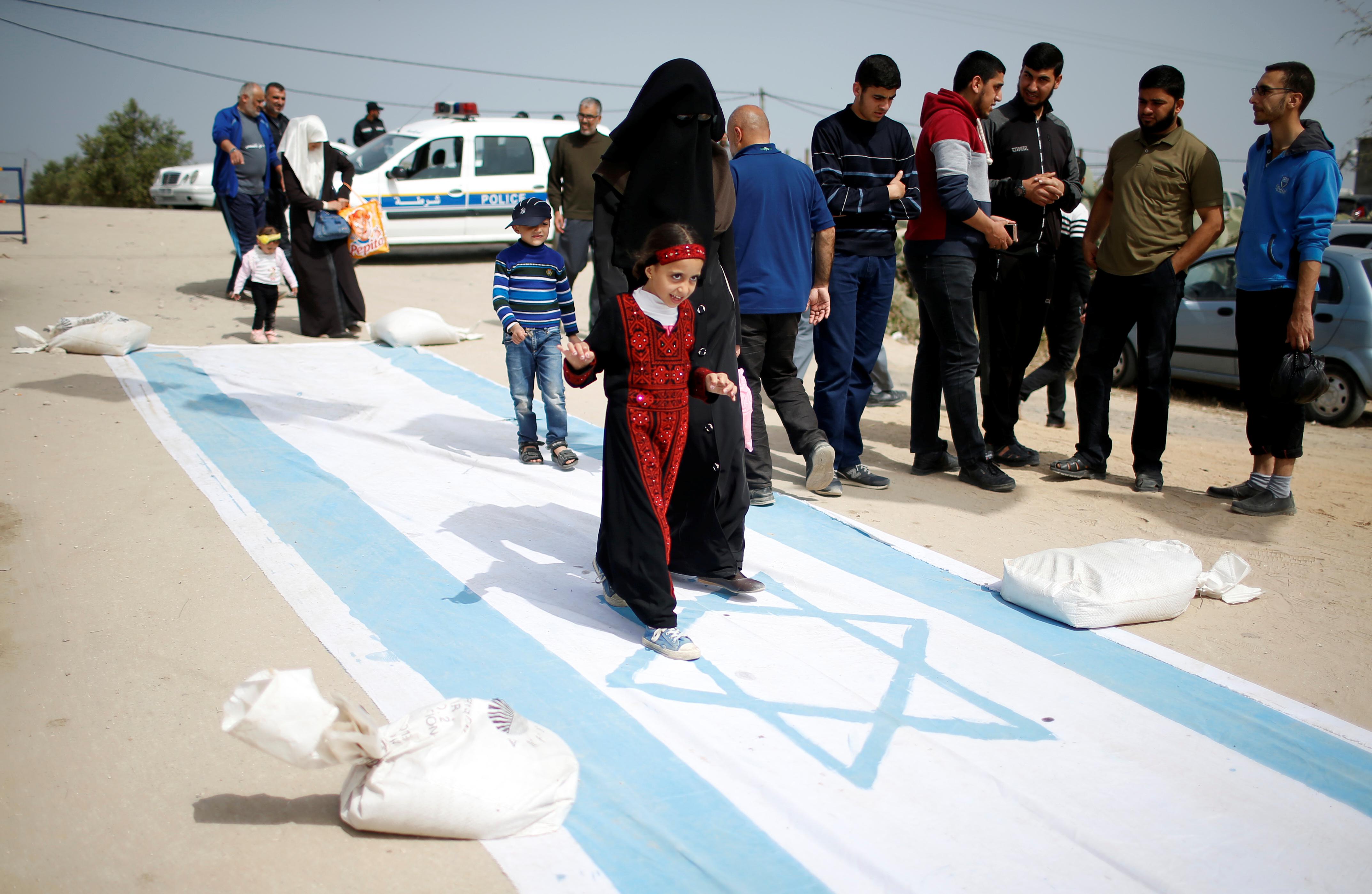 فلسطينية تدهس علم إسرائيل تحت قدميها
