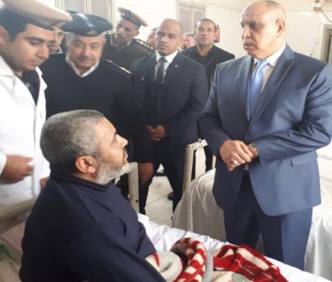 رئيس قطاع السجون يزور سجين مريض