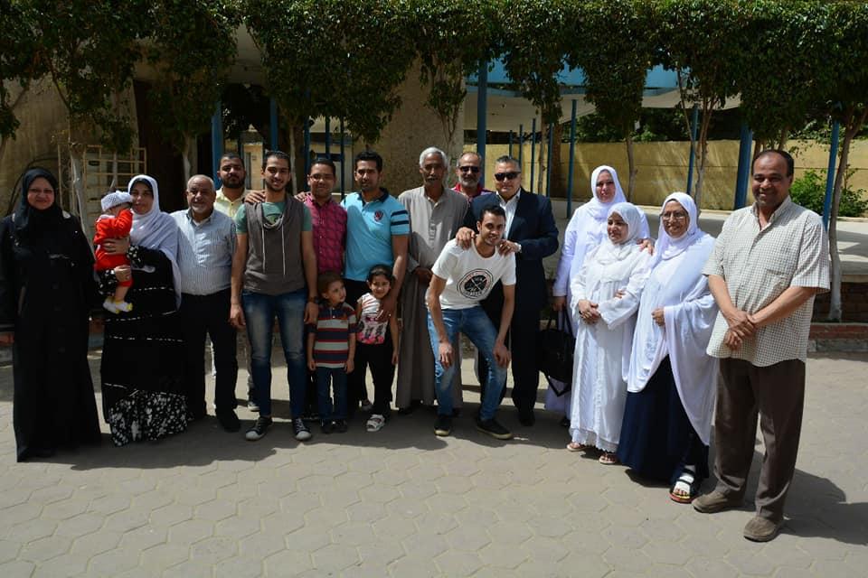 صورة جماعية للاعضاء المتوجهين للعمرة