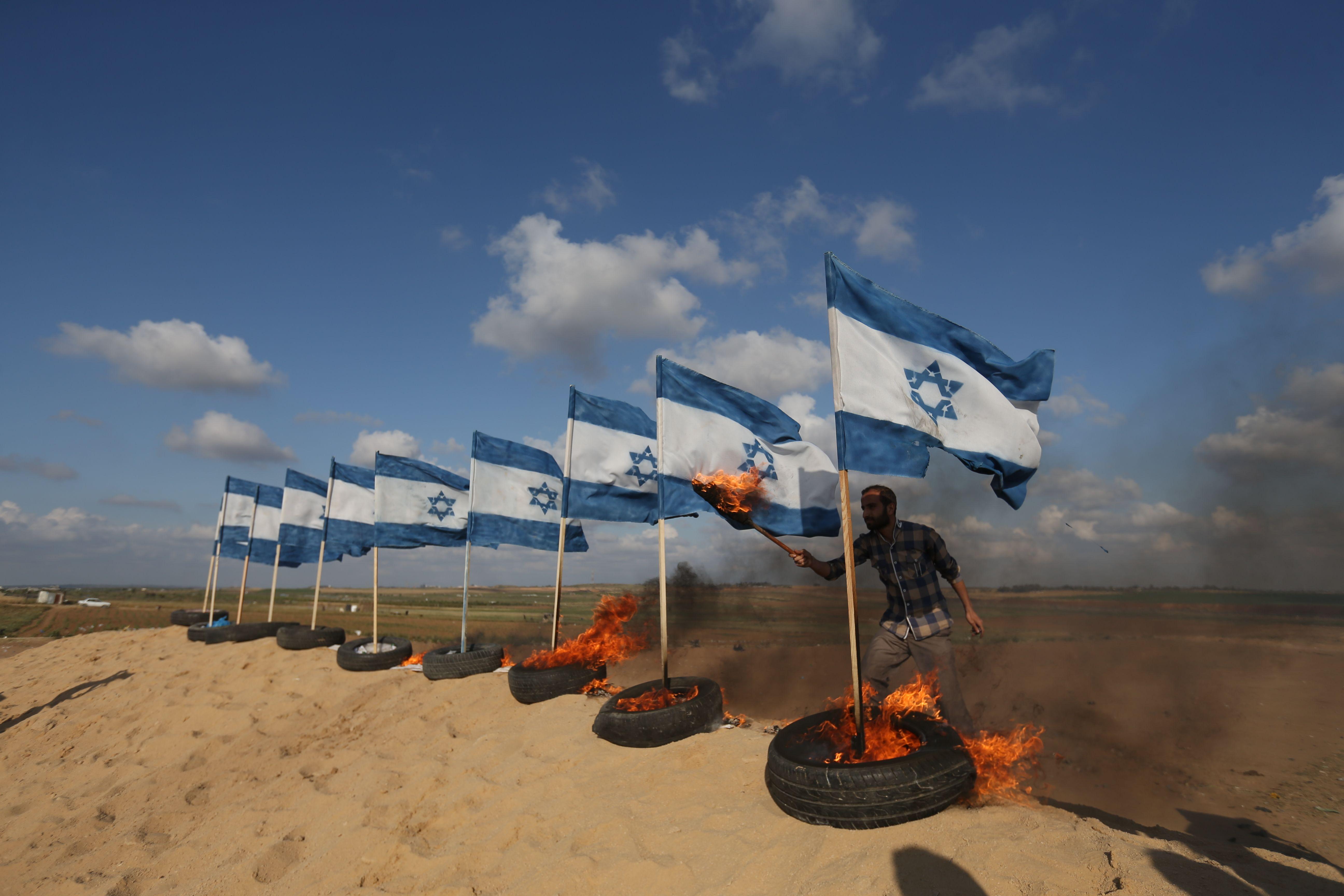 إضرام النيران فى العلم الإسرائيلى