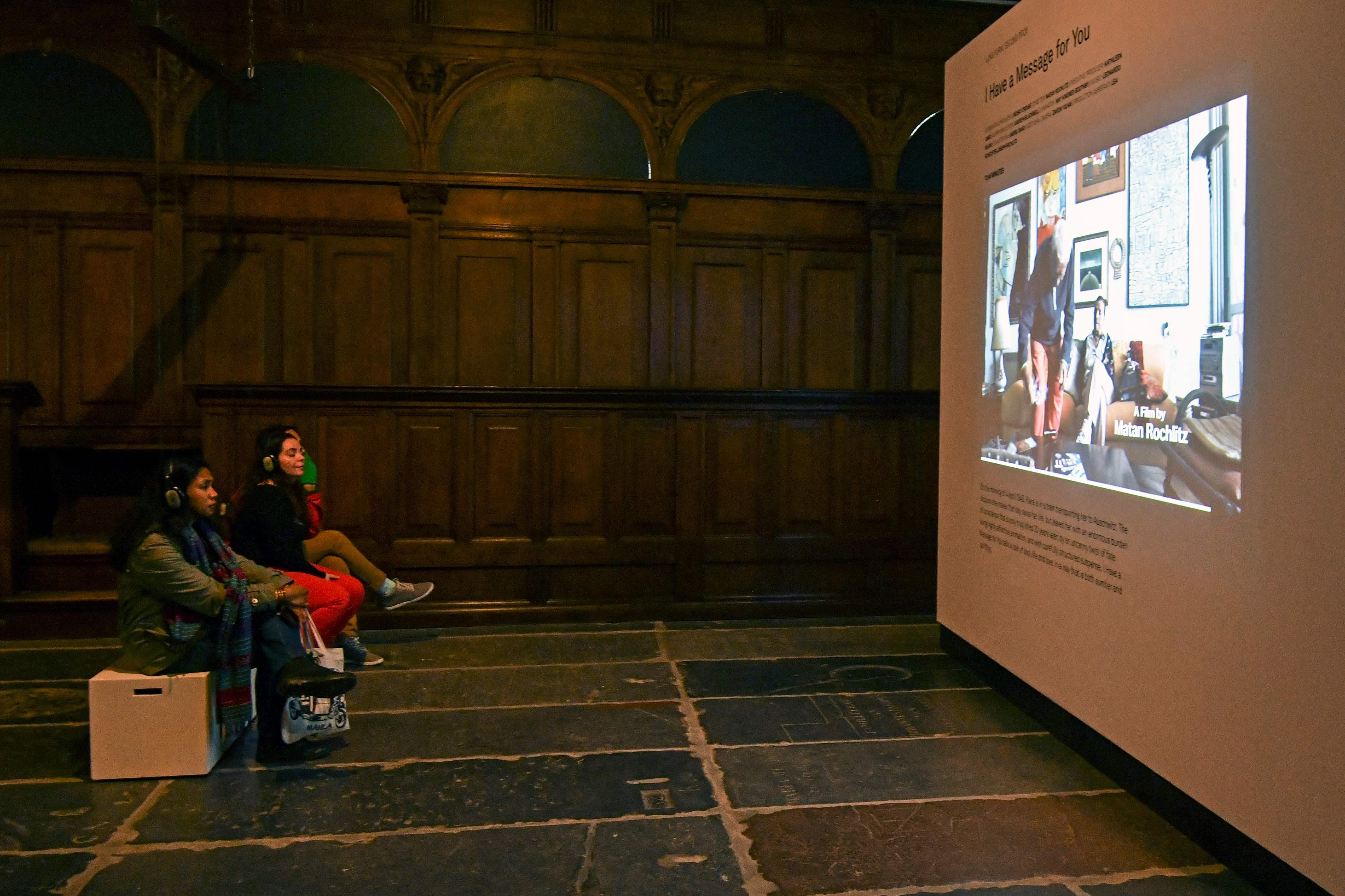 الجمهور داخل المعرض