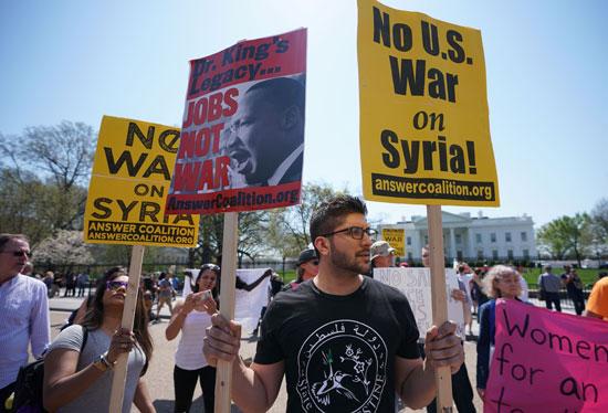 مواطنون يرفعون لافتات معارضة للضربة السورية