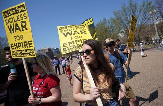 مواطنات ترفعن لافتات ضد التدخل الأمريكى فى سوريا