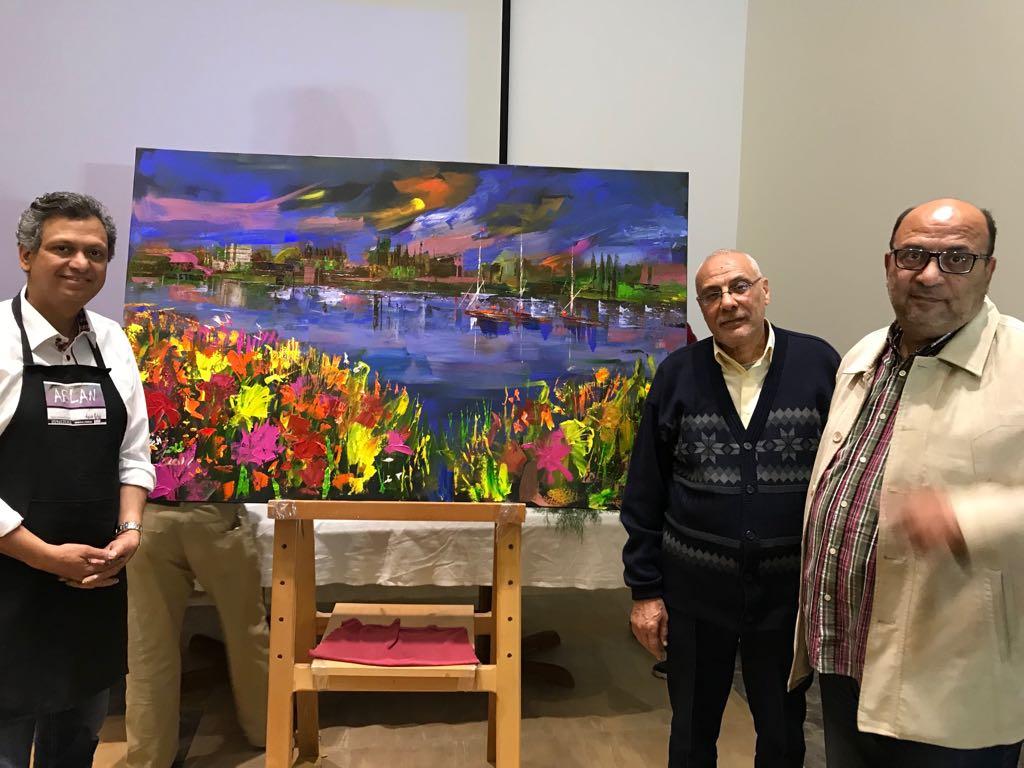 2 الفنان الدكتور طاهر عبد العظيم بعد تنفيذ اللوحة