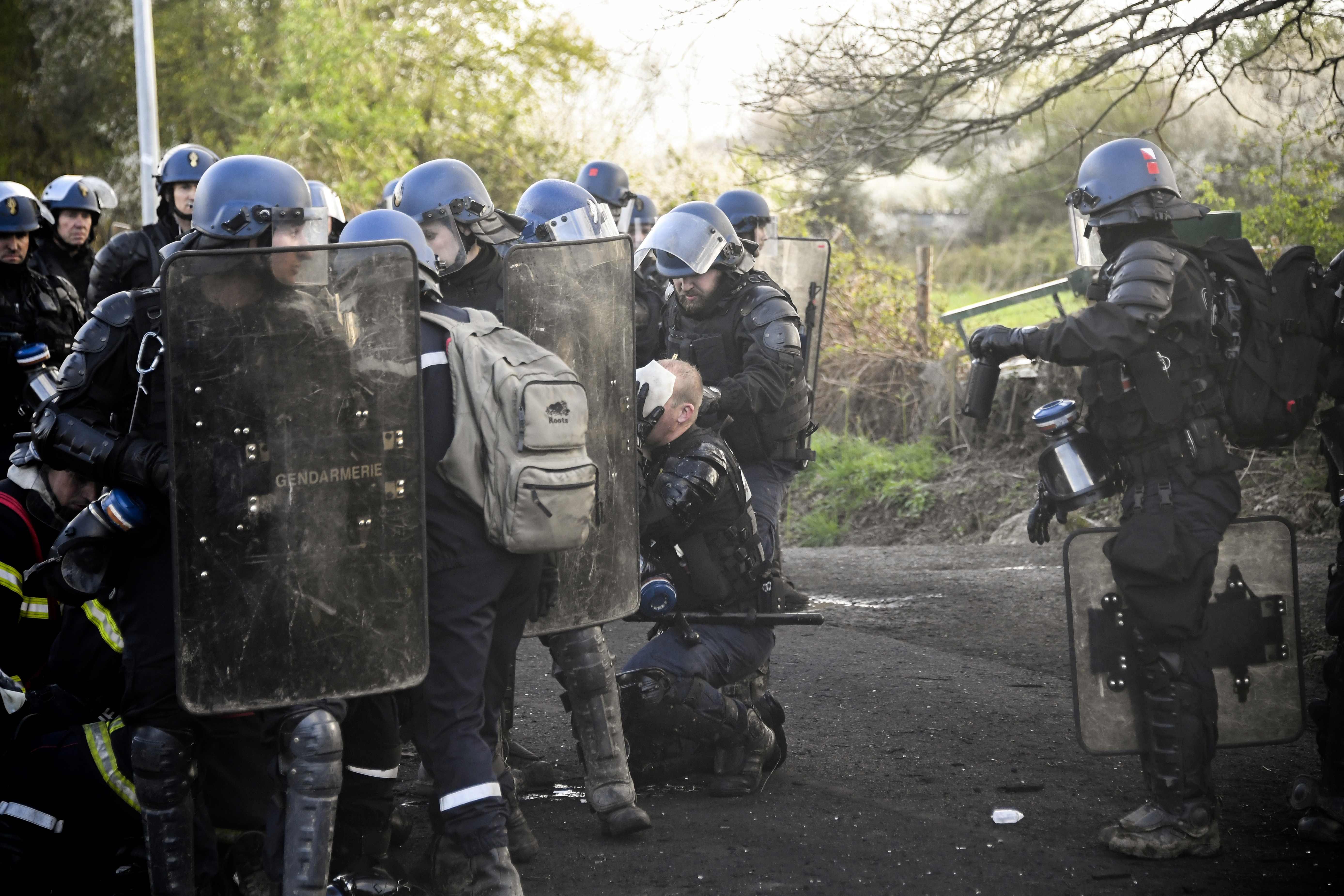 الشرطة الفرنسية بموقع الاشتباكات