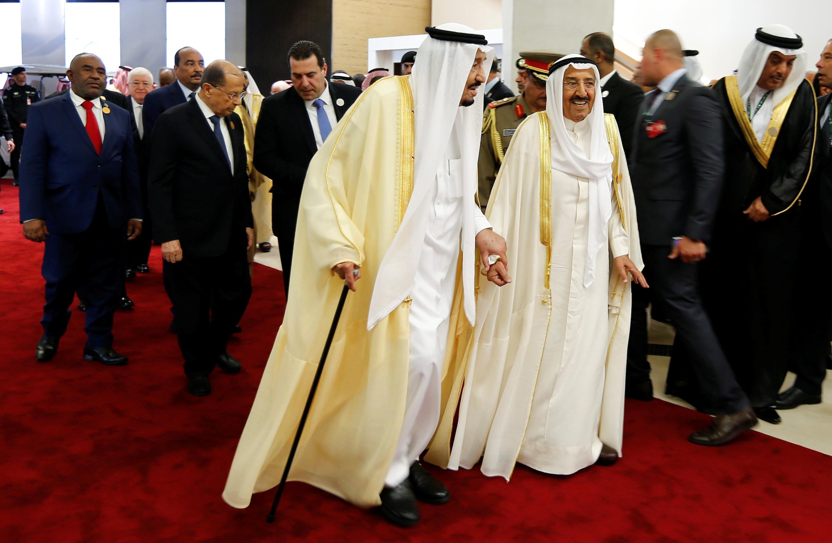 الملك سلمان وأمير الكويت فى مقر انعقاد القمة العربية