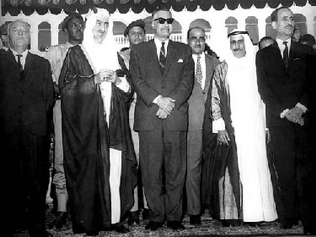 الرئيس عبد الناصر والشيخ الراحل صباح السالم الصباح خلال احدى القمم العربية