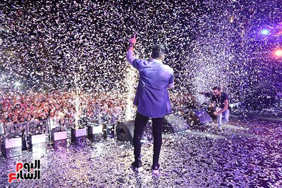 صور تامر حسنى يحيى حفلا فى جامعة بدر (4)