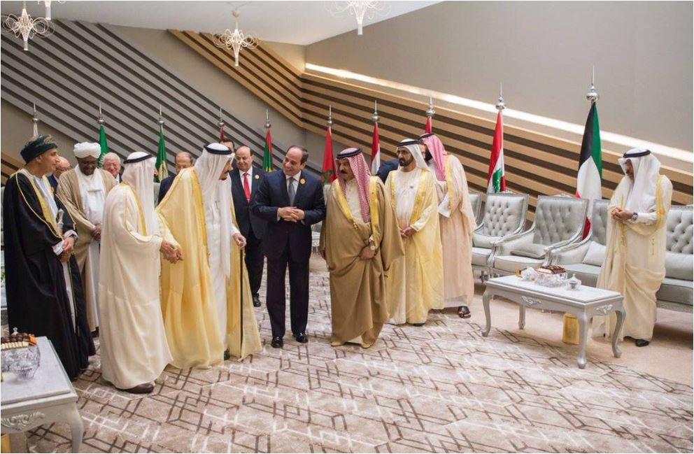 حوارات بين الملوك والأمراء وأمير قطر يقف بمفرده