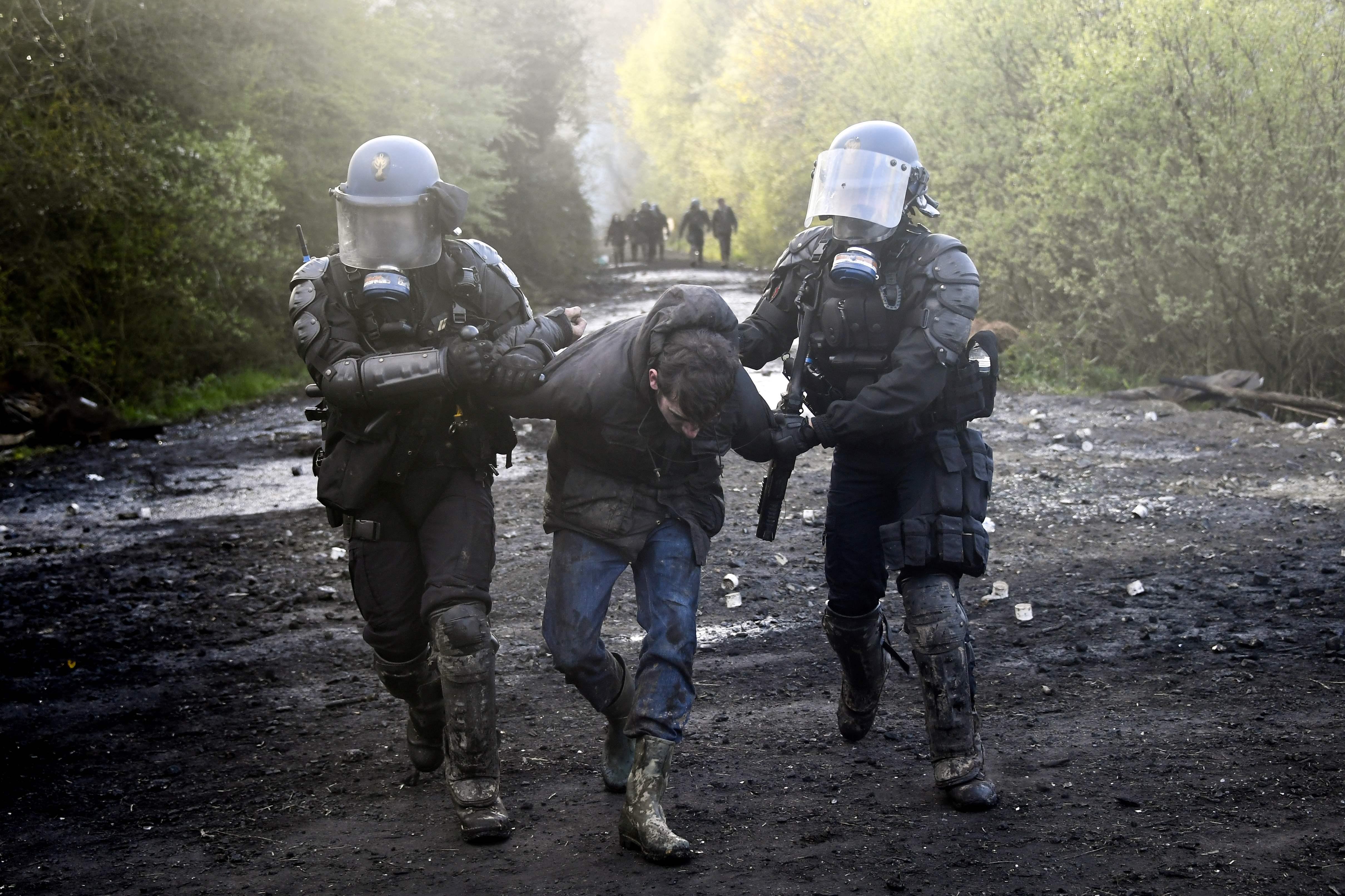 قوات الأمن الفرنسية تعتقل أحد المتظاهرين