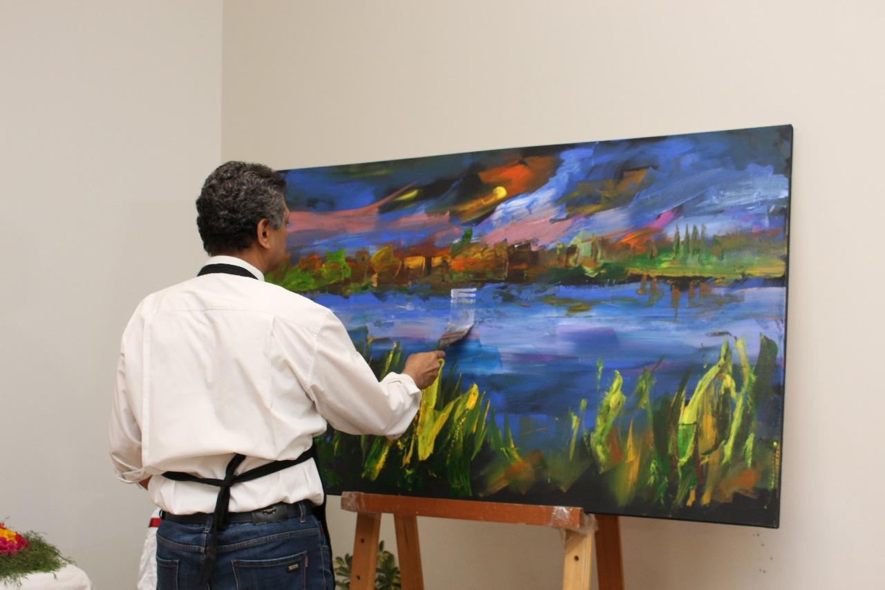 11 الفنان الدكتور طاهر عبد العظيم أثناء تنفيذ اللوحة