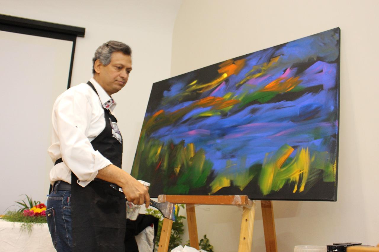 10 الفنان الدكتور طاهر عبد العظيم أثناء تنفيذ اللوحة فى متحف الثورة بالقناطر الخيرية