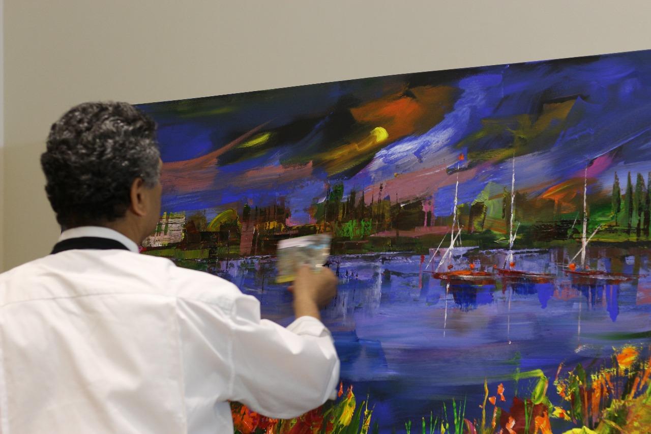 13 الفنان الدكتور طاهر عبد العظيم أثناء تنفيذ اللوحة