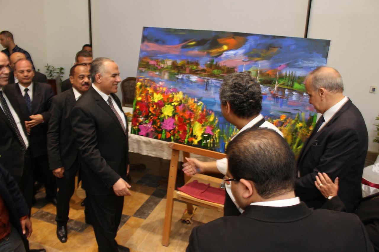 5 وزير الرى ومحافظ القليوبية والفنان طاهر عبد العظيم بعد تنفيذ اللوحة