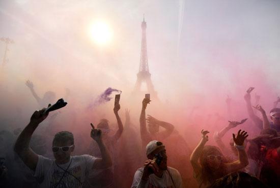 جانب من احتفالات الفرنسيين