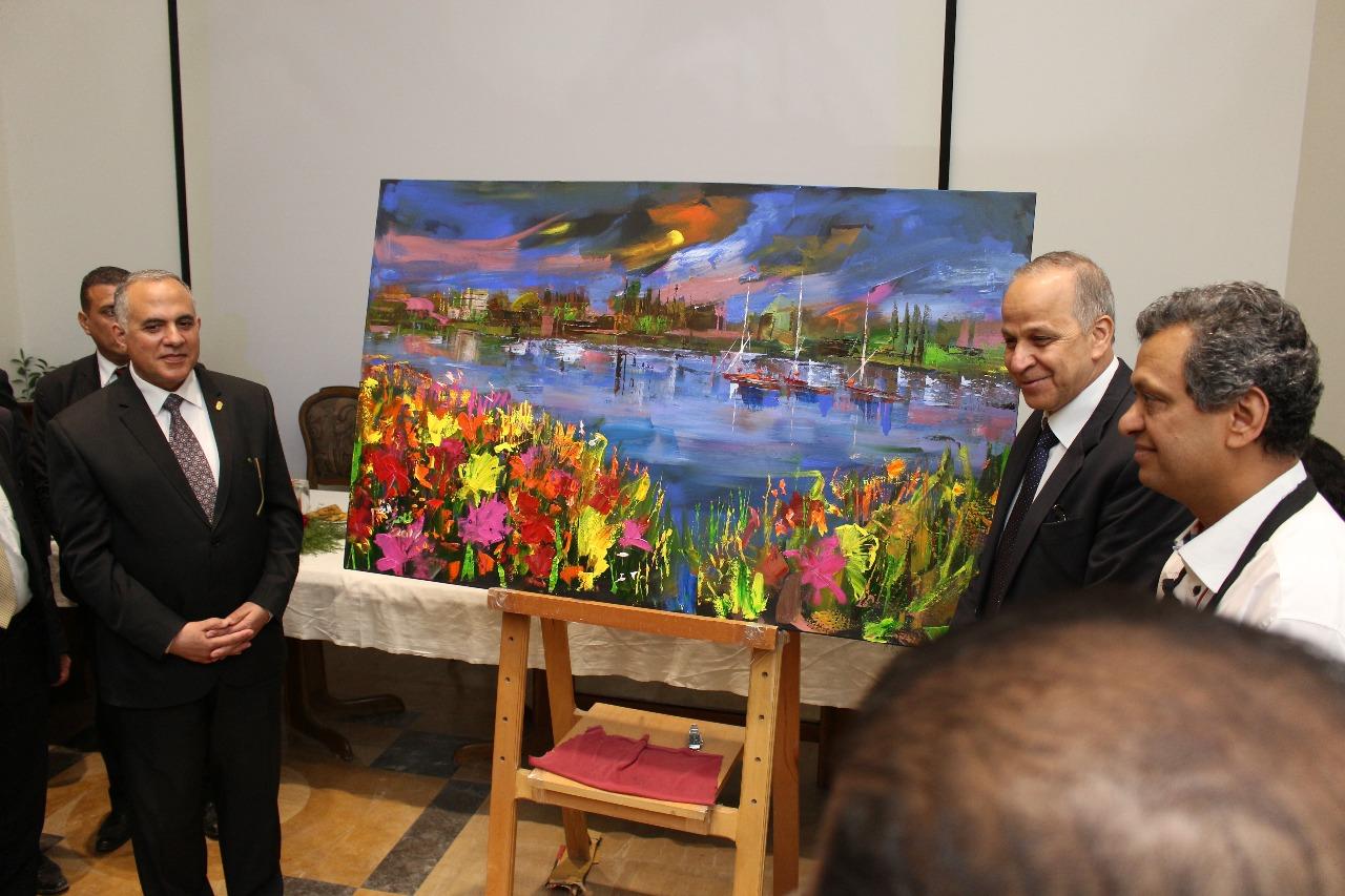 1 وزير الرى ومحافظ القليوبية والفنان طاهر عبد العظيم بعد تنفيذ اللوحة