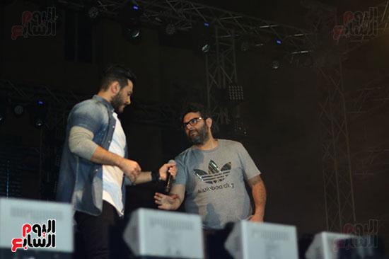 صور تامر حسنى يحيى حفلا فى جامعة بدر (27)