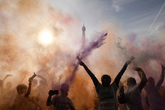 احتفالات مهرجان الألوان أمما برج إيف