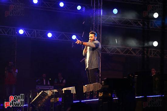 صور تامر حسنى يحيى حفلا فى جامعة بدر (19)