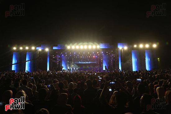 صور تامر حسنى يحيى حفلا فى جامعة بدر (6)
