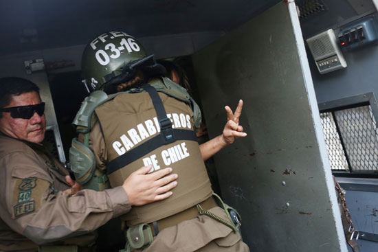 اعتقال أحد المتظاهرين فى تشيلى