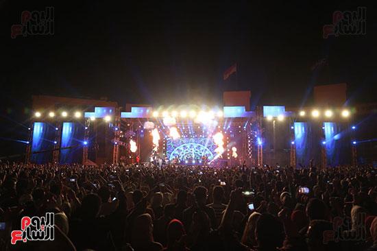 صور تامر حسنى يحيى حفلا فى جامعة بدر (8)