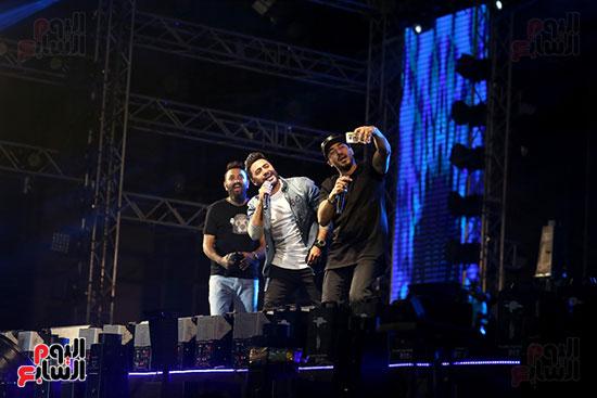 صور تامر حسنى يحيى حفلا فى جامعة بدر (29)
