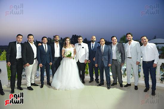 العروسان والتقاط الصور التذكارية