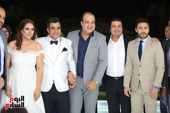أحمد حسن مع العروسين