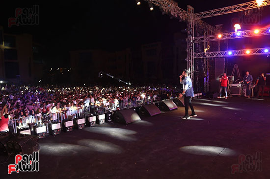 صور تامر حسنى يحيى حفلا فى جامعة بدر (3)