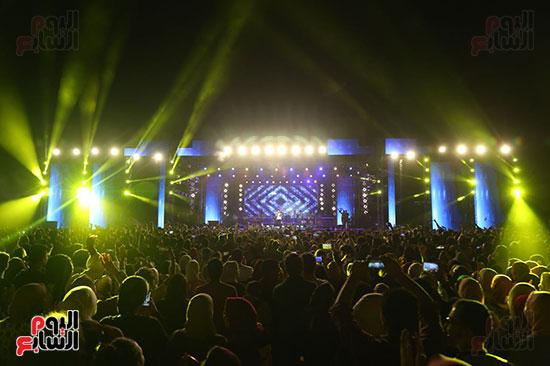 صور تامر حسنى يحيى حفلا فى جامعة بدر (5)