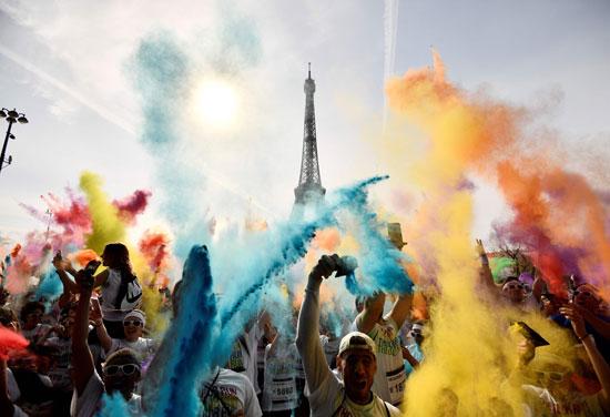فرنسيون يحتفلون بمهرجان الألوان