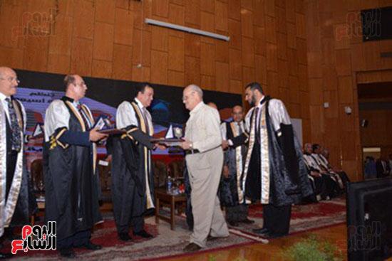 وزير التعليم العالى يكرم علماء جامعة أسيوط فى الاحتفال بعيد العلم (8)