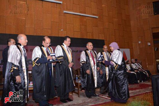 وزير التعليم العالى يكرم علماء جامعة أسيوط فى الاحتفال بعيد العلم (10)