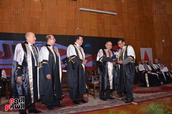 وزير التعليم العالى يكرم علماء جامعة أسيوط فى الاحتفال بعيد العلم (5)