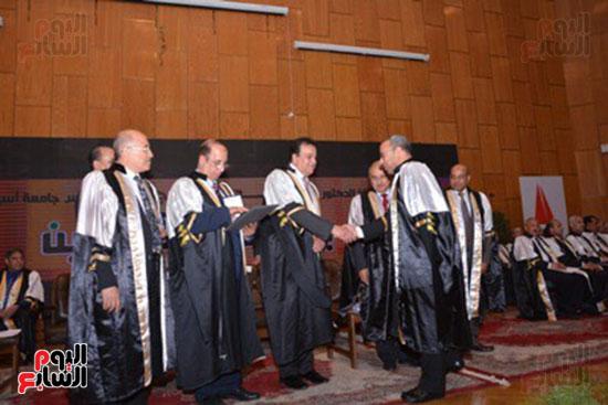 وزير التعليم العالى يكرم علماء جامعة أسيوط فى الاحتفال بعيد العلم (11)