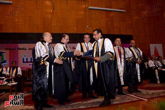 وزير التعليم العالى يكرم علماء جامعة أسيوط فى الاحتفال بعيد العلم (6)
